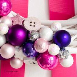 Ozdobny wianek świąteczny na drzwi różowy