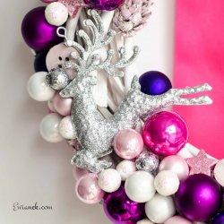 Różowy wianek świąteczny z bombkami