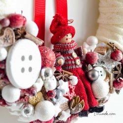 Wianek świąteczny na drzwi z laleczką