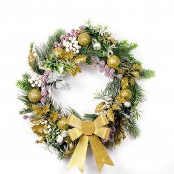 Wianek świąteczny z zielonymi gałązkami i złotą kokardą