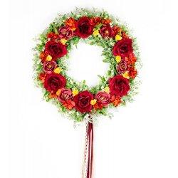 wianek z czerwonymi kwiatami