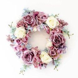 Wianek z pastelowych kwiatów
