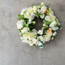 wianek na drzwi z białych róż